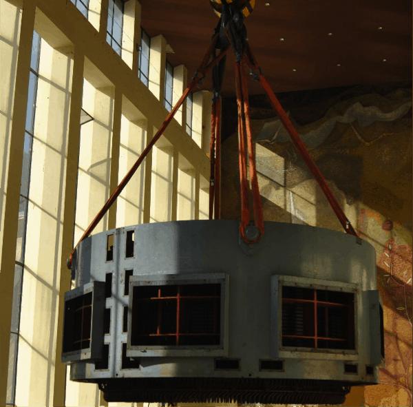 Fotografia 1. Izado estator de grupo hidroeléctrico. Ejemplo de equipo crítico que requiere planificación en las acciones de mantenimiento a ejecutar (Fuente: Enel Green Power-Endesa Generación).